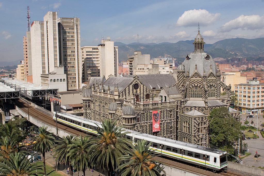 1280px-Metro_de_Medellín,_Colombia